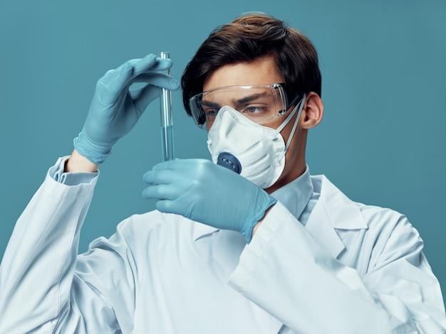 Mężczyzna w masce ochronnej lekarz, grypa, zaostrzenie wirusa, koronawirus 2019-ncov