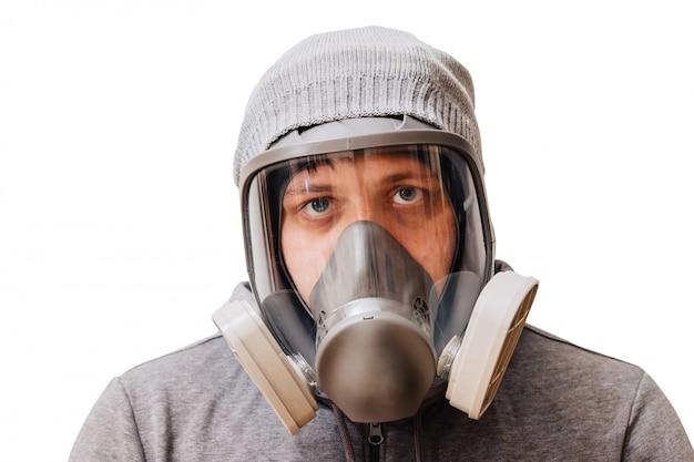 Mężczyzna w masce oddechowej o podwyższonym stopniu ochrony przed szkodliwymi czynnikami środowiskowymi. pełna maska na twarz.