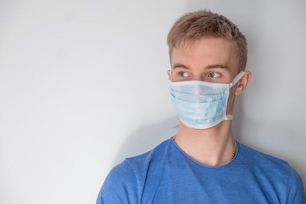 Mężczyzna w medycznej masce na bielu. przestrzeń tekstowa