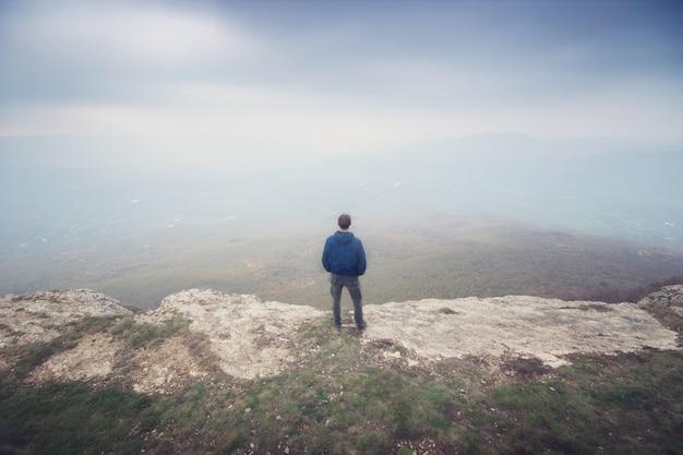 Mężczyzna w mgle w górze