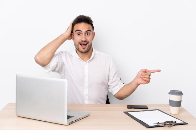 Mężczyzna w miejscu pracy z laptopem