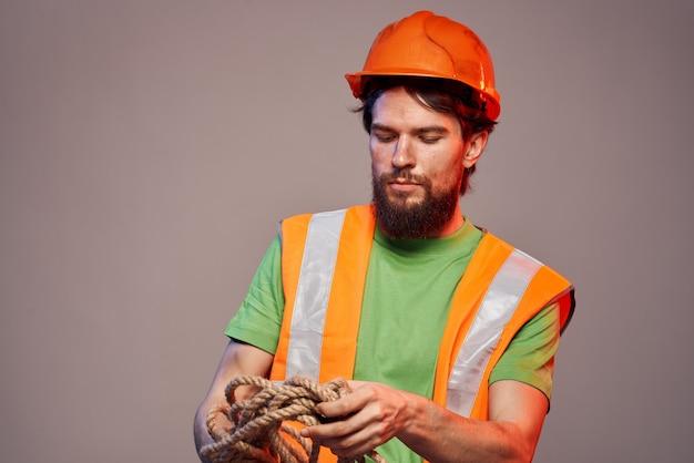 Mężczyzna w mundurze budowy pomarańczowy kask