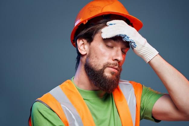 Mężczyzna w mundurze pracy pomarańczowej farby bezpieczeństwa pracy