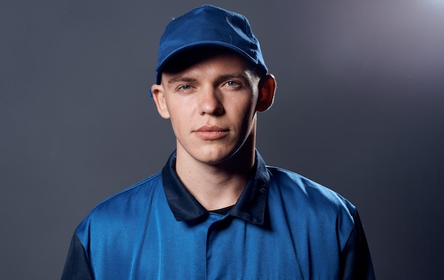 Mężczyzna w mundurze roboczym blue cap dostawa pracy