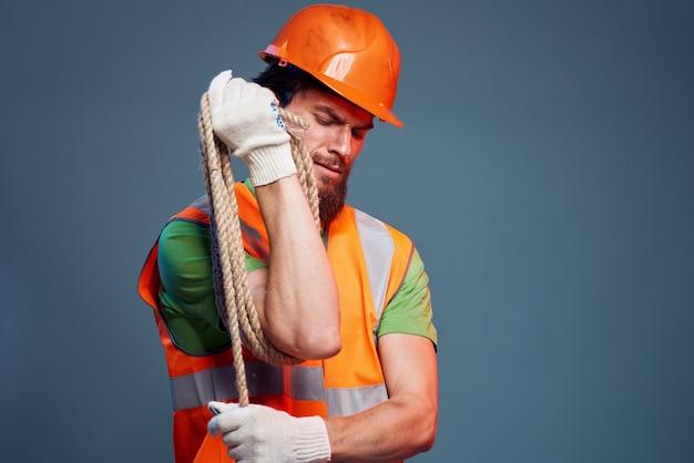 Mężczyzna w mundurze roboczym specjaliści ds. ochrony konstrukcji