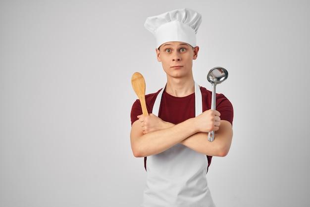Mężczyzna w mundurze szefa kuchni gotowanie w restauracji