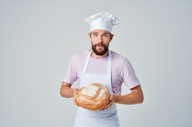 Mężczyzna w mundurze szefa kuchni gotuje jedzenie, pieczenie, gotowanie