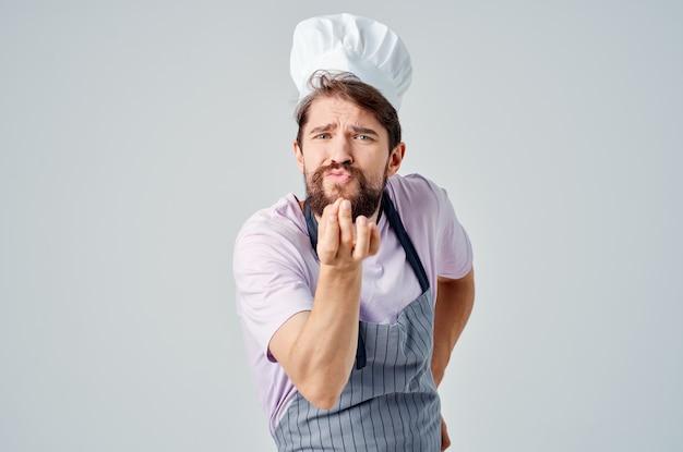 Mężczyzna w mundurze szefa kuchni, profesjonaliści w kuchni restauracji?