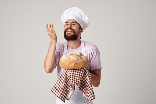 Mężczyzna w mundurze szefa kuchni, świeży chleb, wypieki dla smakoszy, gotowanie