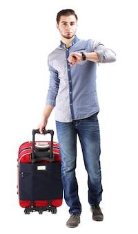 Mężczyzna w niebieskiej koszuli i dżinsach z walizką na białym tle