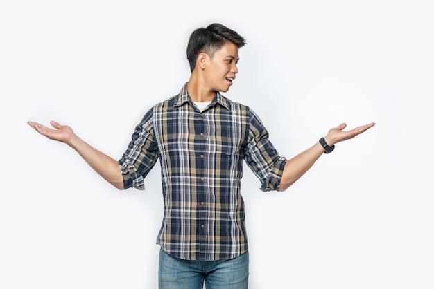 Mężczyzna w niebieskiej koszuli i znaku dłoni otworzył się na obie strony