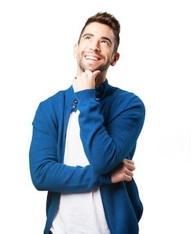 Mężczyzna w niebieskiej kurtce myślenia