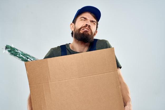 Mężczyzna w odzieży roboczej, dostawa paczek, rzeczy, produktów