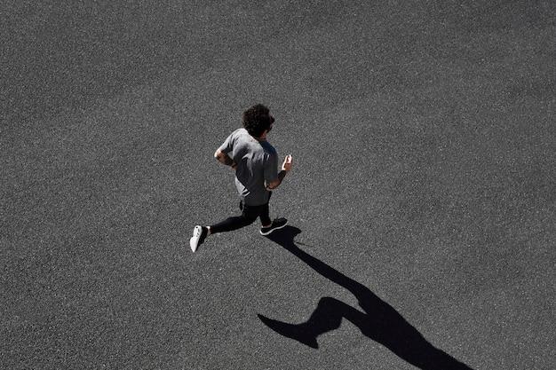 Mężczyzna w odzieży sportowej na drodze
