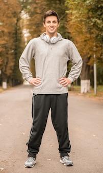 Mężczyzna w odzieży sportowej podczas porannych ćwiczeń w parku.