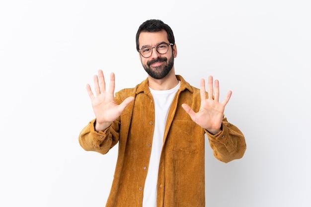 Mężczyzna w okularach i żółta koszula