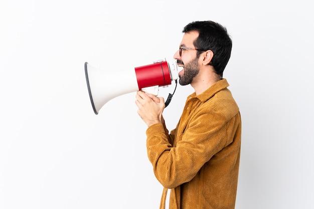 Mężczyzna w okularach i żółta koszulka mówi głośno