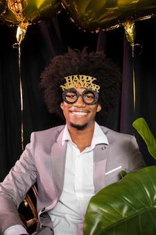 Mężczyzna w okularach szczęśliwy nowy rok 2020 party