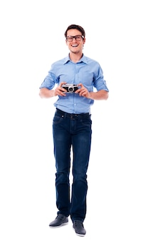Mężczyzna w okularach, trzymając starodawny aparat