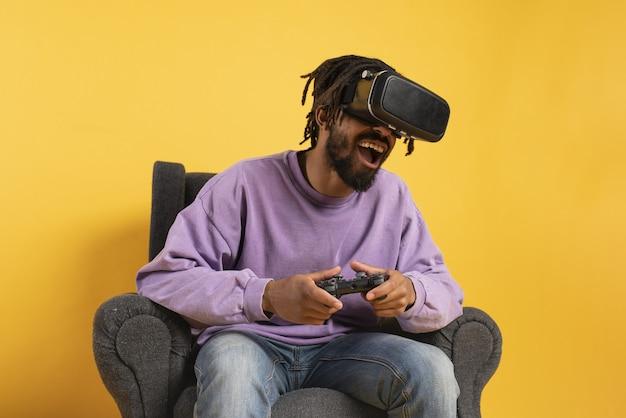 Mężczyzna w okularach vr bawi się wirtualną grą wideo