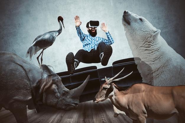 Mężczyzna w okularach vr, otoczony wirtualnymi zwierzętami, koncepcja zanurzenia w wirtualnym świecie