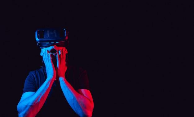 Mężczyzna w okularach wirtualnej rzeczywistości jest w symulacji