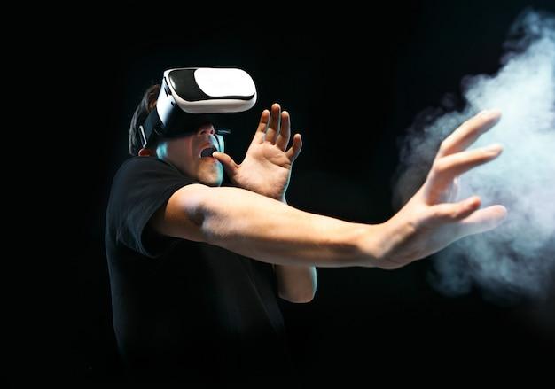 Mężczyzna w okularach wirtualnej rzeczywistości. koncepcja technologii przyszłości.
