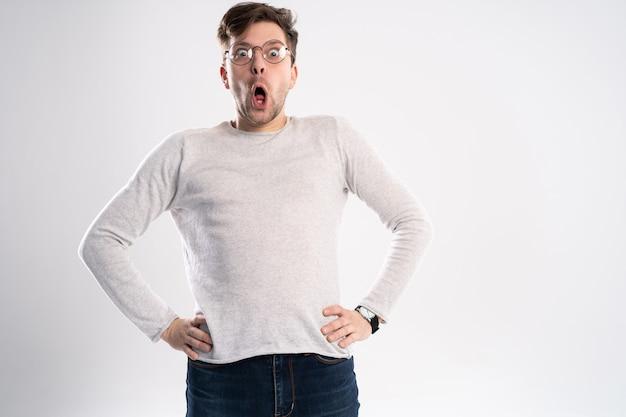 Mężczyzna w okularach z wyrazem szoku i zdumienia.