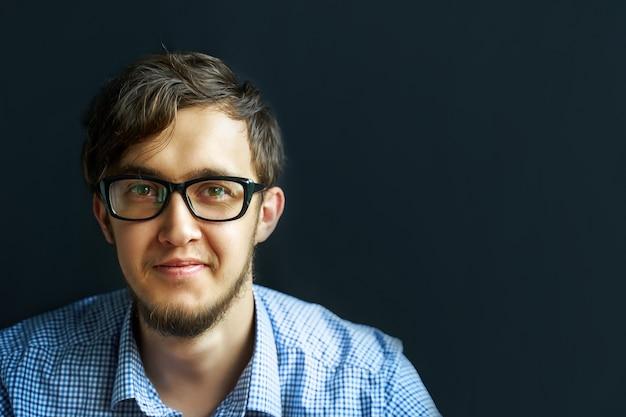 Mężczyzna w okularach.
