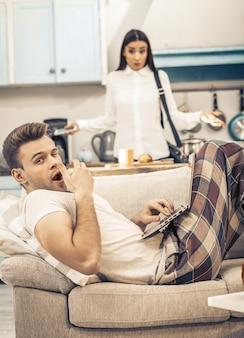 Mężczyzna w piżamie ziewanie z nudów w domu