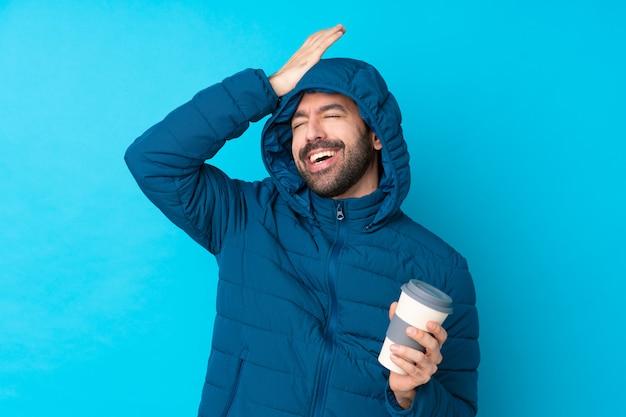Mężczyzna w płaszczu śnieżnym