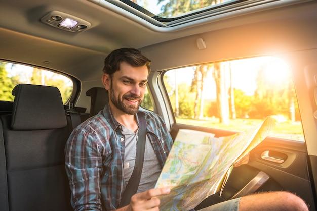 Mężczyzna w podróży samochodem