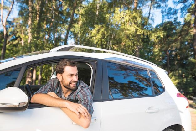 Mężczyzna w podróży z samochodem
