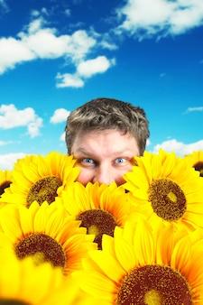 Mężczyzna w polu słoneczników