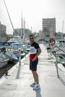 Mężczyzna w porcie przygotowujący jacht na wycieczkę