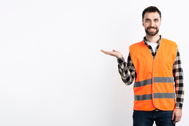 Mężczyzna w pozowanie kamizelki bezpieczeństwa