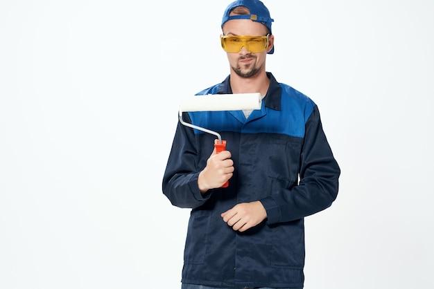 Mężczyzna w pracującym mundurze naprawy domowej usługi malarskiej