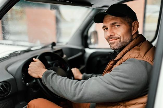 Mężczyzna w prowadzeniu samochodu