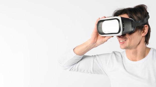 Mężczyzna w przestrzeni kopii próbuje wirtualnego symulatora