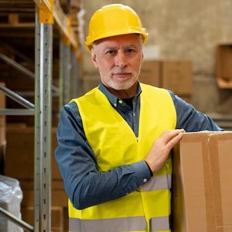 Mężczyzna w pudełku do przenoszenia magazynu