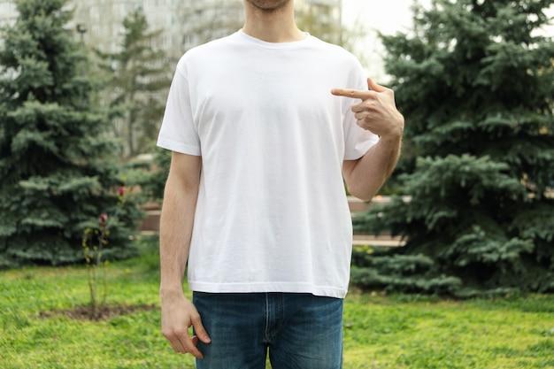 Mężczyzna w pustej białej koszulce. zdjęcie na zewnątrz