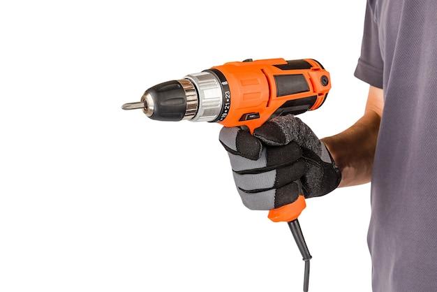 Mężczyzna w rękawiczkach ochronnych, trzymając nowy elektryczny śrubokręt automatyczny