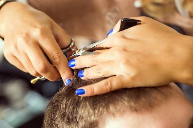 Mężczyzna w salonie fryzjerskim