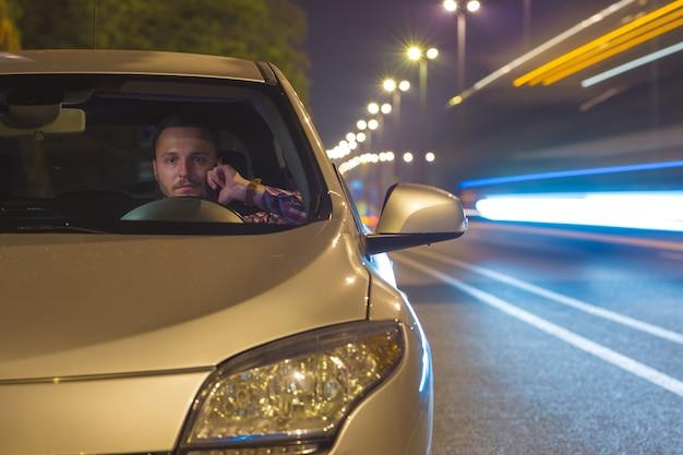 Mężczyzna w samochodzie. wieczorna pora nocna