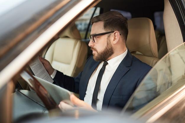 Mężczyzna w samochodzie