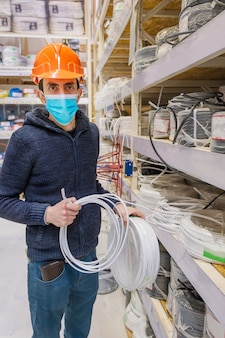 Mężczyzna w sklepie z narzędziami