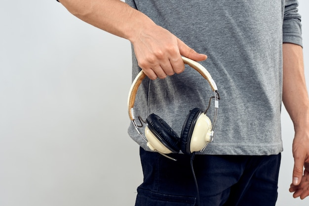 Mężczyzna w słuchawkach słucha muzyki na białym tle