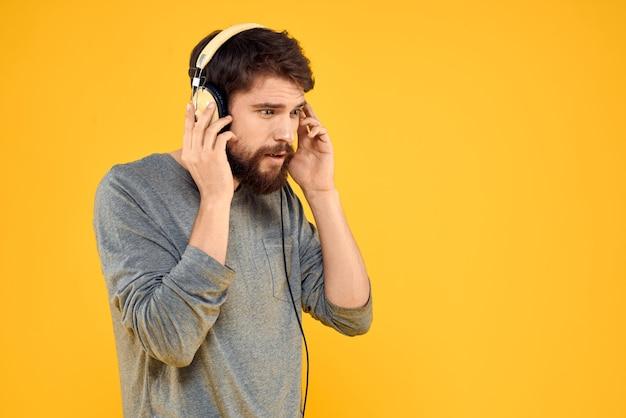 Mężczyzna w słuchawkach słucha muzyki styl życia zabawnych ludzi