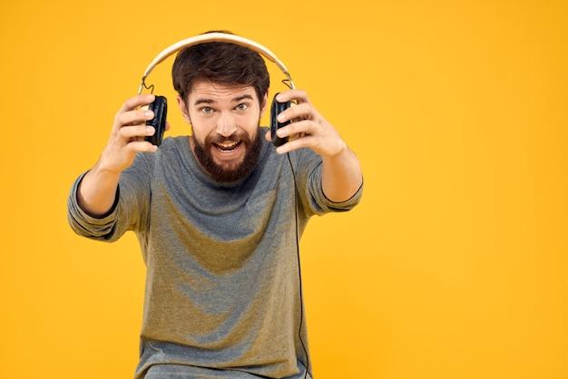 Mężczyzna w słuchawkach słucha stylu życia technologii muzycznej