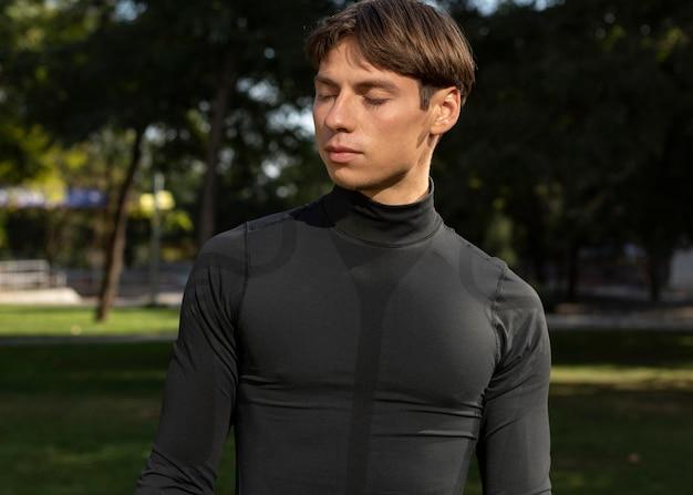 Mężczyzna w sportowej odzieży na zewnątrz